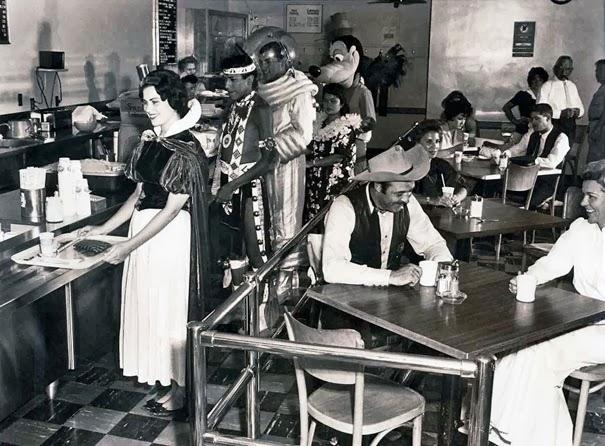 dipendenti-di-disneyland-in-una-caffetteria-1961