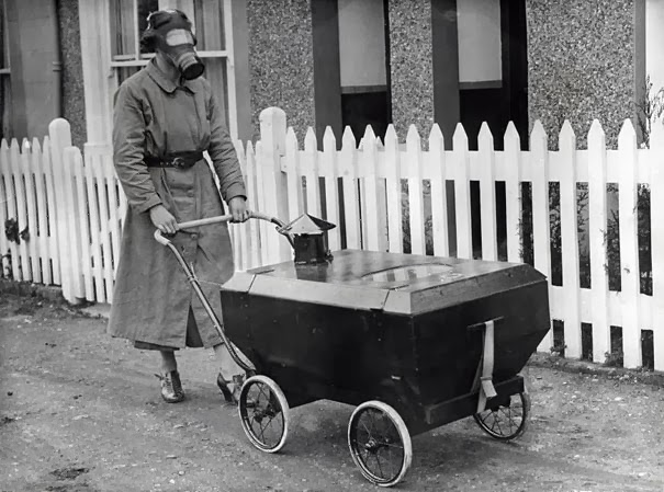 donna-con-la-carrozzina-antigas-inghilterra-1938