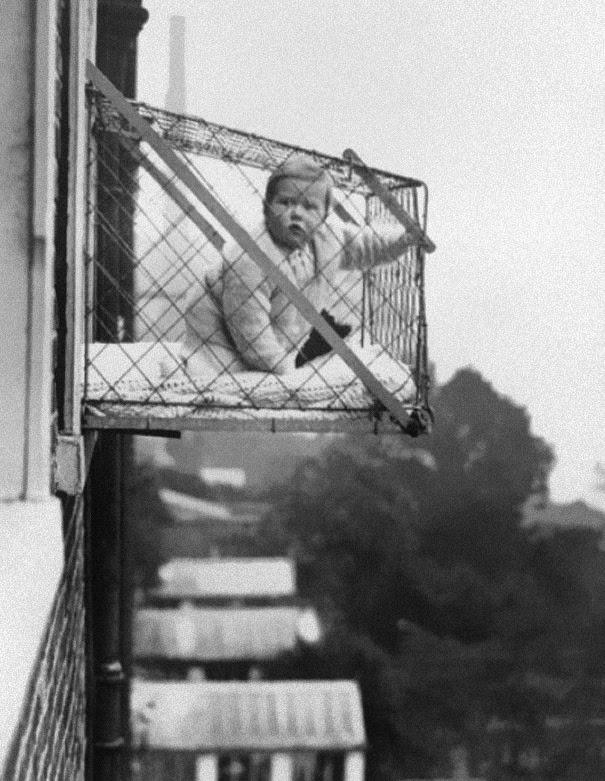 gabbie-per-bambini-utilizzate-per-assicurarsi-che-i-bimbi-che-vivevano-negli-appartamenti-potessero-avere-abbastanza-luce-solare-ed-aria-fresca-ca-1937