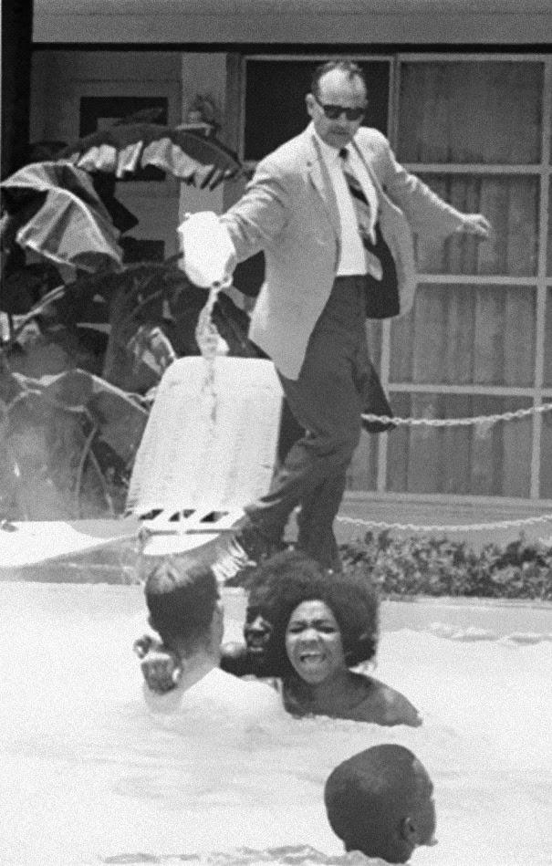 il-padrone-dellhotel-getta-dellacido-in-piscina-mentre-della-gente-di-colore-ci-nuota-dentro-ca-1964