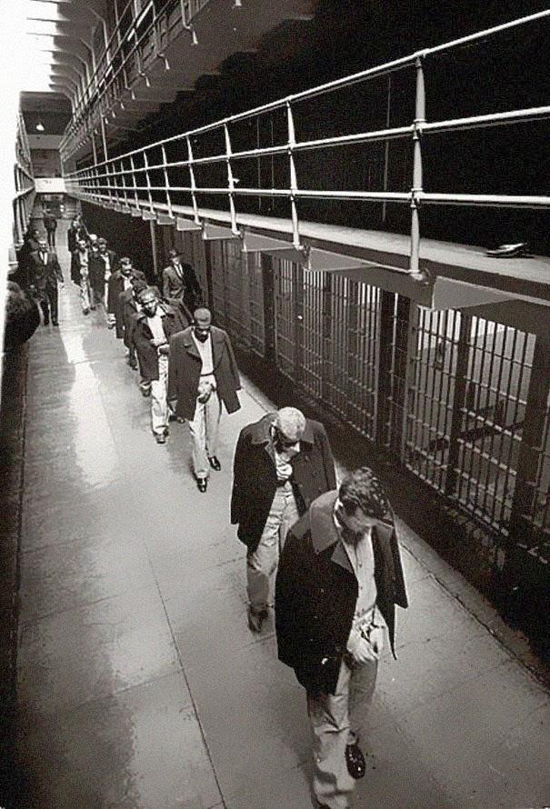 li-ultimi-prigionieri-di-alcatraz-mentre-vanno-via-1963