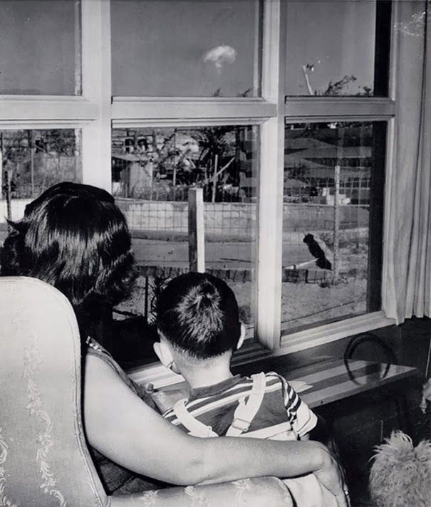 madre-e-figlio-guardano-il-fungo-atomico-dopo-un-test-nucleare-las-vegas-1953