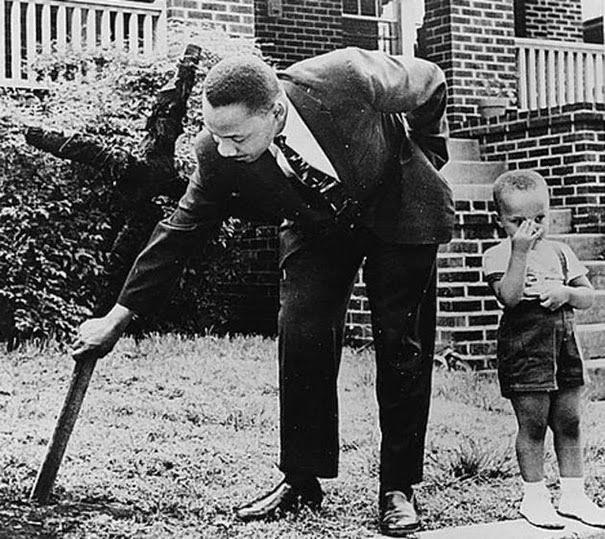 martin-luther-king-con-suo-figlio-rimuove-una-croce-bruciata-dal-suo-giardino-1960