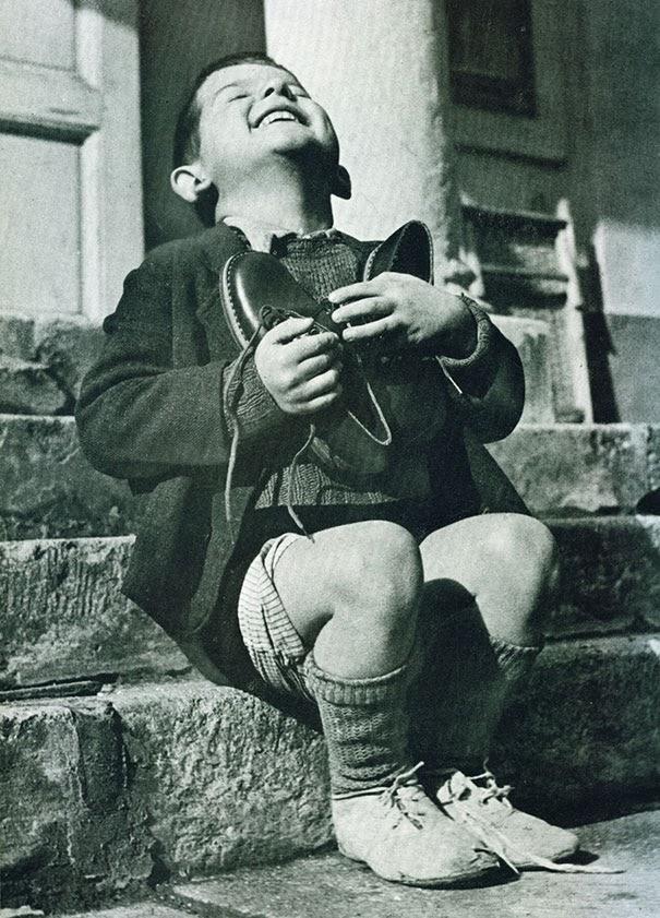 ragazzo-austriaco-riceve-delle-scarpe-nuove-durante-la-seconda-guerra-mondiale