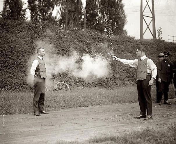 test-dei-nuovi-giubbotti-antiproiettile-1923