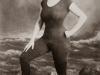 annette-kellerman-promuove-il-diritto-delle-donne-di-indossare-un-costume-da-bagno-intero-aderente-1907-fu-arrestata-per-atti-di-indecenza