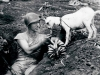 un-soldato-condivide-una-banana-con-una-capra-durante-la-battaglia-di-saipan-ca-1944