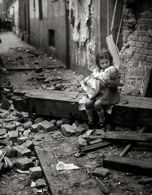 una-bambina-con-la-sua-bambola-siede-sulle-macerie-della-propria-casa-bombardata-londra-1940