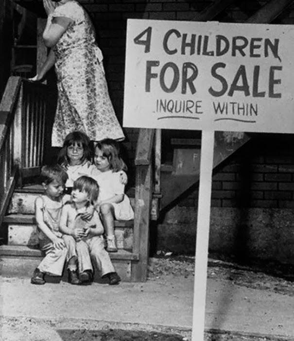 una-madre-nasconde-il-proprio-volto-per-la-vergogna-dopo-aver-messo-in-vendita-i-suoi-figli-chicago-1948