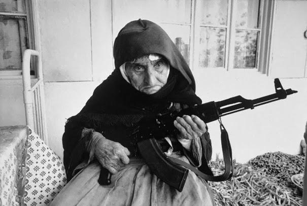 vecchietta-armena-di-106-anni-che-fa-la-guardia-alla-casa-1990